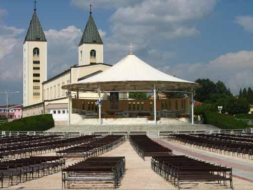 Medugorje - sanktuarium i ołtarz zenętrzny.