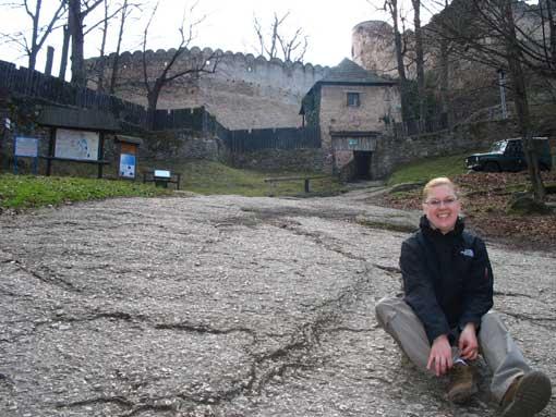Magda przed zamkiem Chojnik.